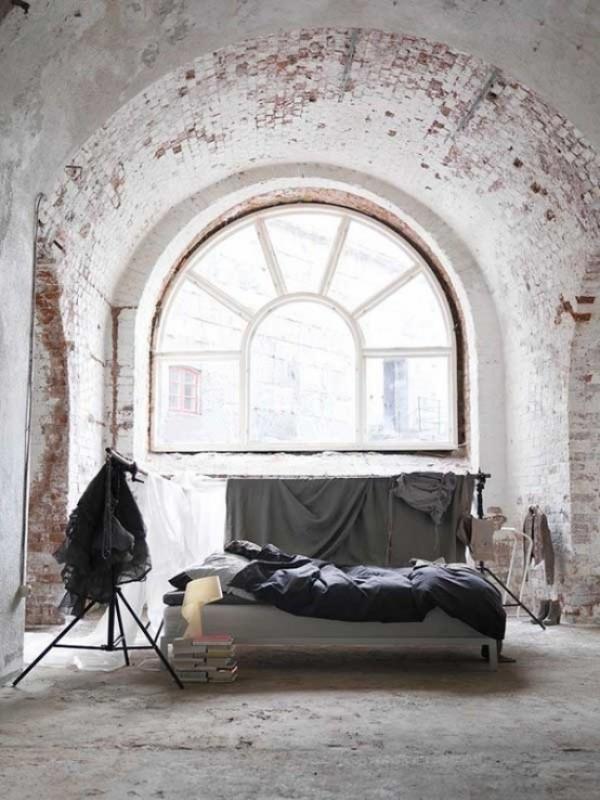 Backsteinwand im Schlafzimmer mit rustikalen Touches einzigartige Fensterwölbung freigelegte Ziegelwand