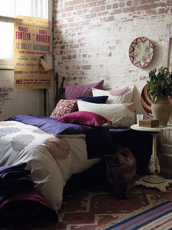 Backsteinwand im Schlafzimmer mit rustikalen Touches so bunt mit Deko Kissen und so ansprechend