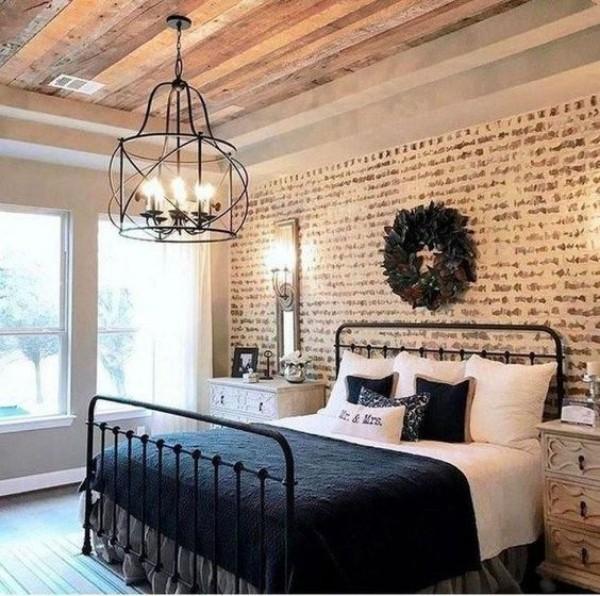 Backsteinwand im Schlafzimmer moderne Gestaltung hellbraune Ziegelwand weiß und dunkelblau in Kombination Holzdecke Kranz an der Wand
