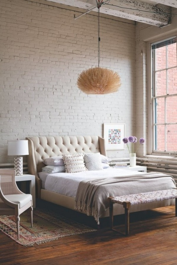 Backsteinwand im Schlafzimmer moderne Gestaltung in weiß viel Licht sehr gemütlich