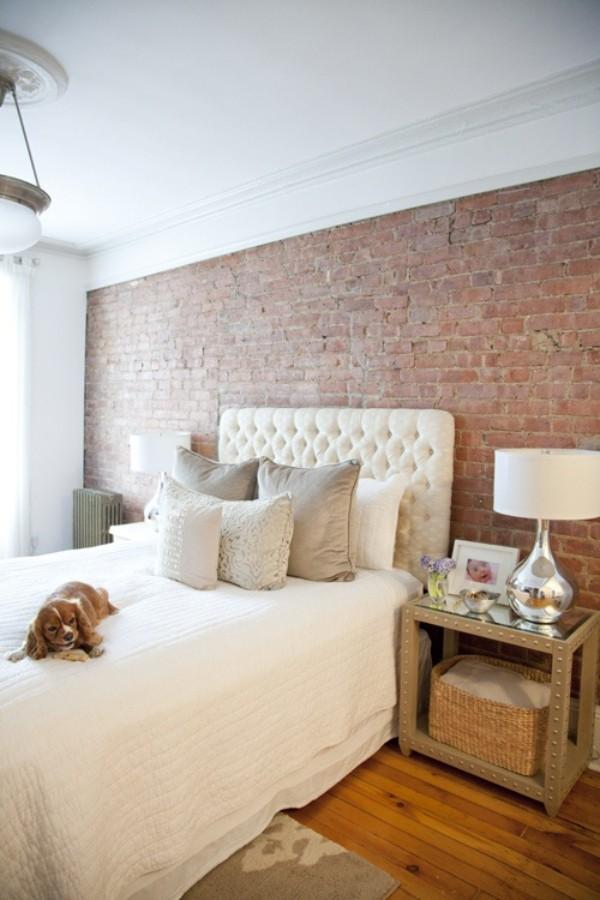 Backsteinwand im Schlafzimmer moderne Gestaltung weiß dominiert Holzboden