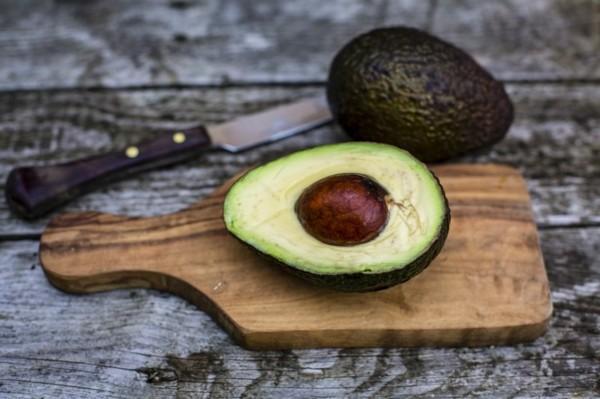 Ballaststoffreiche Lebensmittel Liste Avocado halbiert