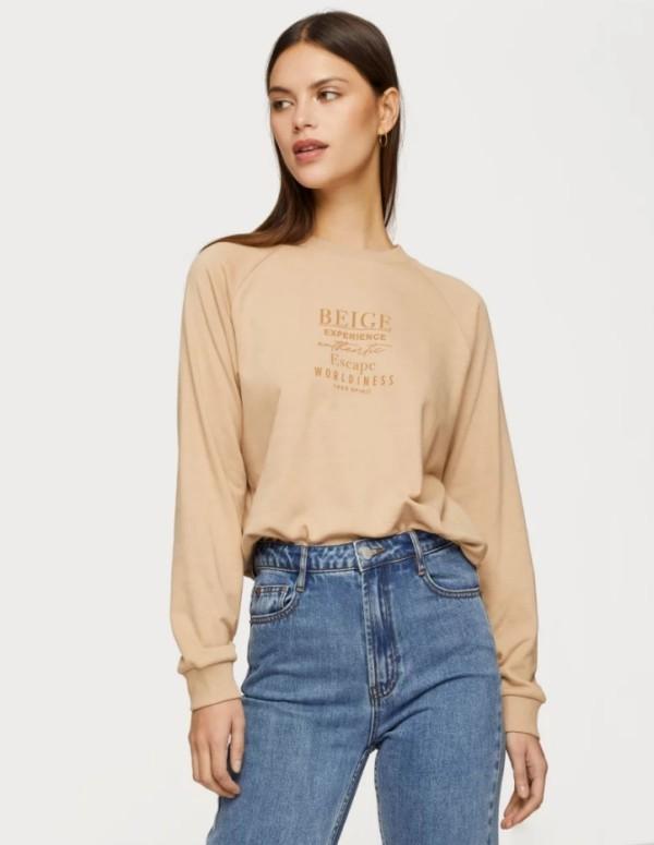 Der Damen Sweatshirt Trend bleibt auch 2019 stark beige und jeans retro modern