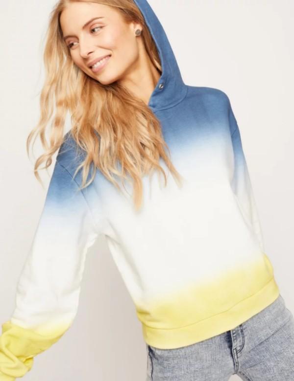 Der Damen Sweatshirt Trend bleibt auch 2019 stark ombre blau gelb graue jeans modern