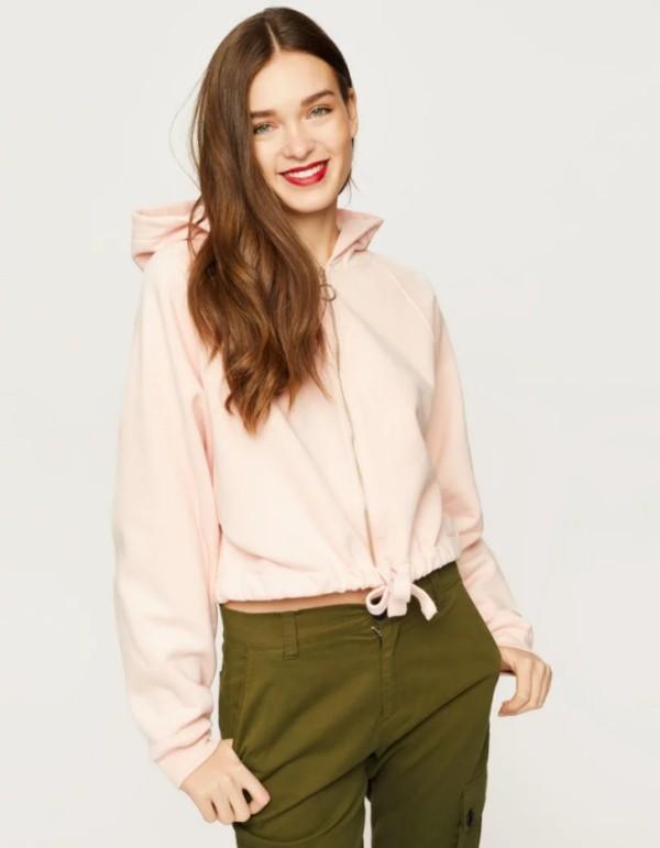 Der Damen Sweatshirt Trend bleibt auch 2019 stark pastellfarben rosa mit moosgrün kombi