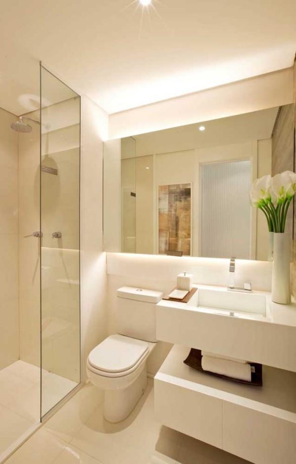 Elfenbein -Badezimmer mit vielen Spiegelflächen