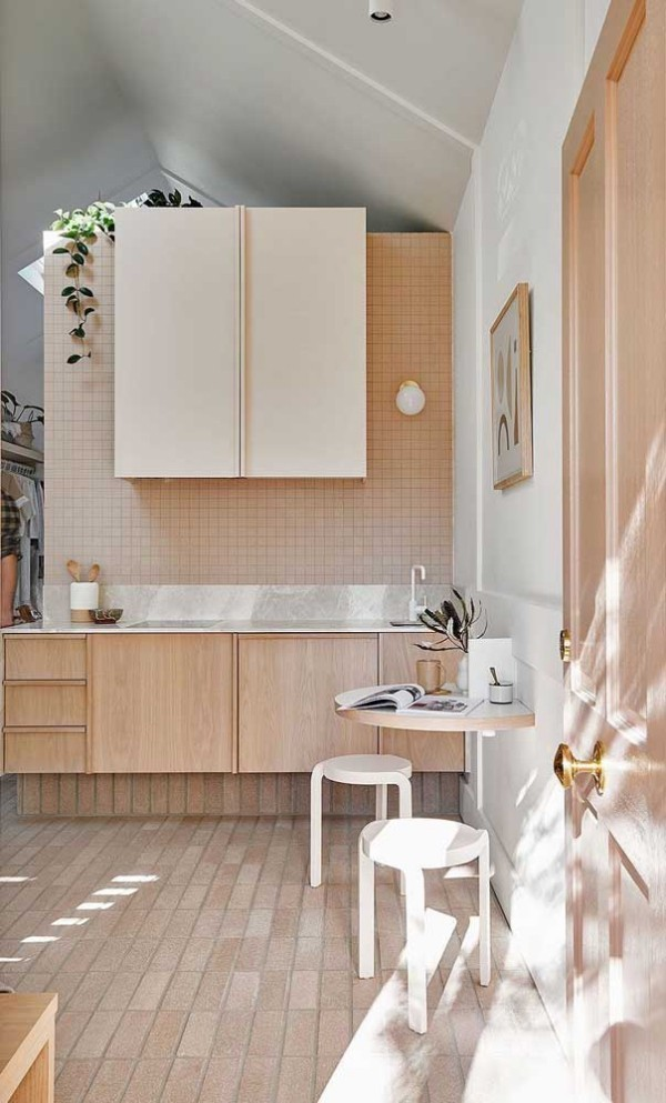 Elfenbein Wandgestaltung in einem Raum mit Schrägedach