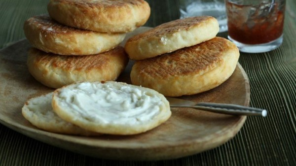 Englische Muffins selber backen Rezept Brötchen schmieren Käse Butter
