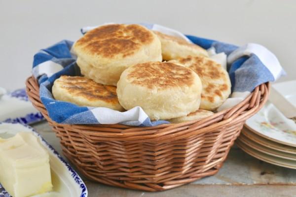 Englische Muffins selber backen Rezept Korb Brötchen