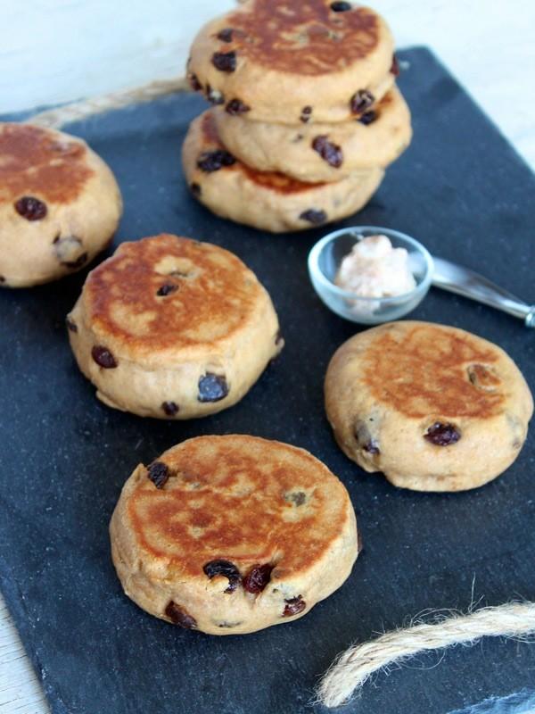 Englische Muffins selber backen Rezept Teig mit Rosinen
