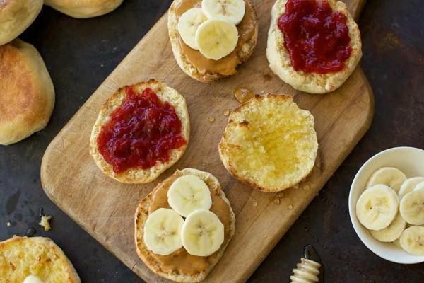 Englische Muffins selber backen Rezept gesunde Frühstücksideen Banane Marmelade
