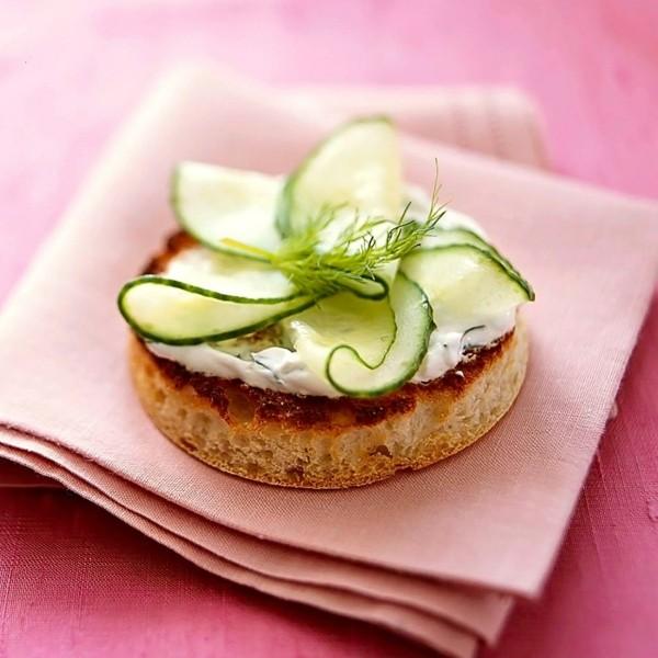 Englische Muffins selber backen Rezept gesunde Frühstücksideen Gurke