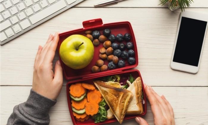 Food Trends 2020 Snacks für zwischendurch im Büro essen vor dem Computer