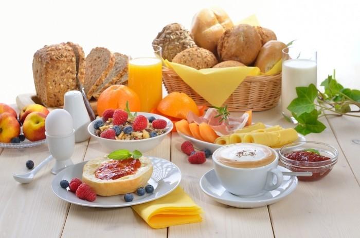 Food Trends 2020 frisch gebackenes Brot gekochte Eier Joghurt mit Früchten gesundes Frühstück