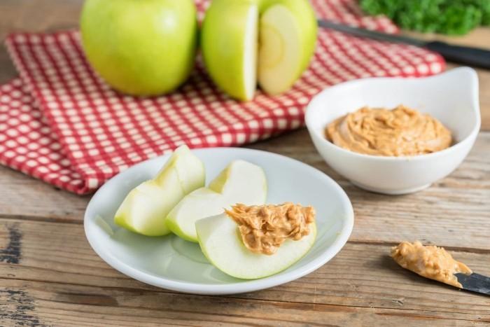 Food Trends 2020 grüne Äpfel mit Dip frisches Obst essen gesund bleiben