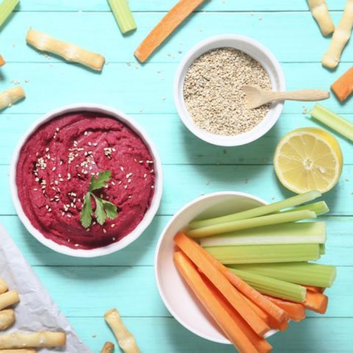 Food Trends 2020 rohes Gemüse essen dünnen Stangen Karotten und Sellerie mit Dips