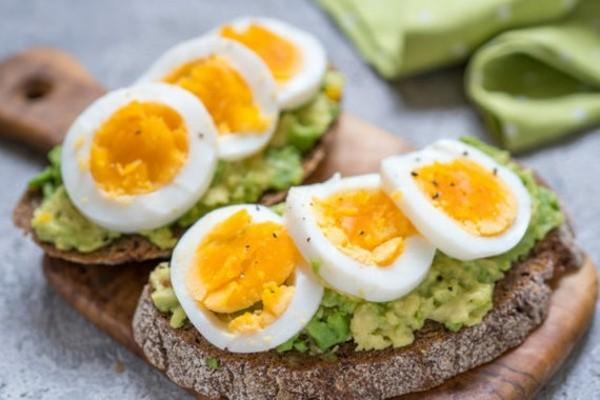 Gesunde Frühstücksideen für Kinder Avocado Toastbrot gekochtes Ei