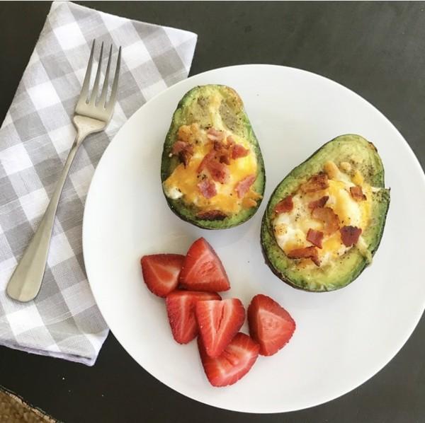 Gesunde Frühstücksideen für Kinder Avocado mit Ei und Erdbeeren
