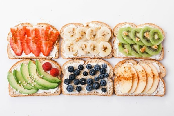Gesunde Frühstücksideen für Kinder Brötchen belegen mit Früchten Avocado Erdbeeren