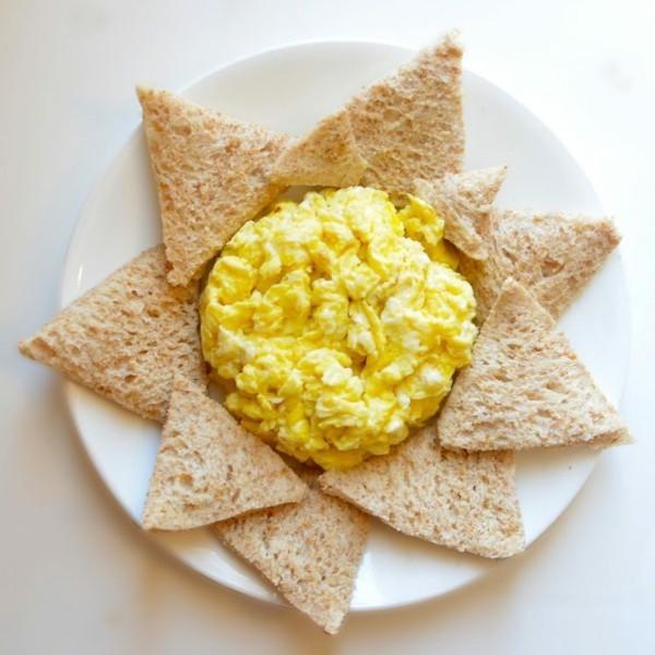 Gesunde Frühstücksideen für Kinder Rühreier mit Brot