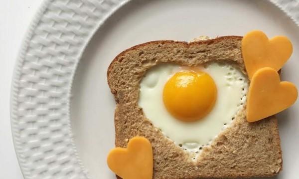 Gesunde Frühstücksideen für Kinder Toastbrot Speigelei Herzform Käse