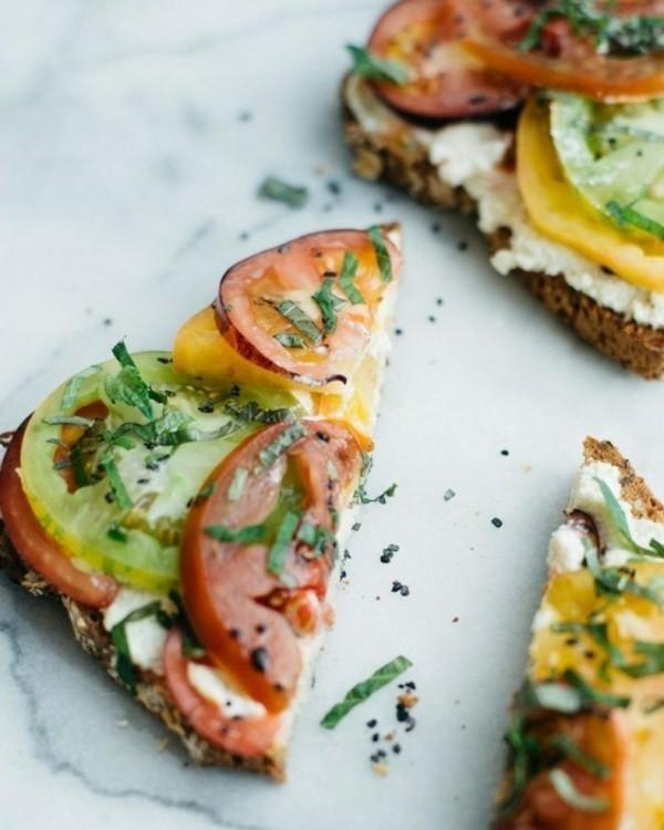 Gesunde Frühstücksideen für Kinder Toastbrot belegen Tomatenscheiben