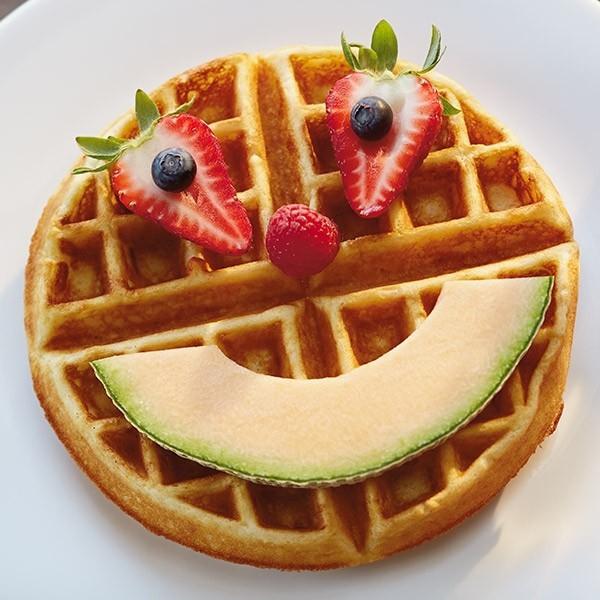 Gesunde Frühstücksideen für Kinder Waffeln Gesicht Obst Melone Erdbeeren