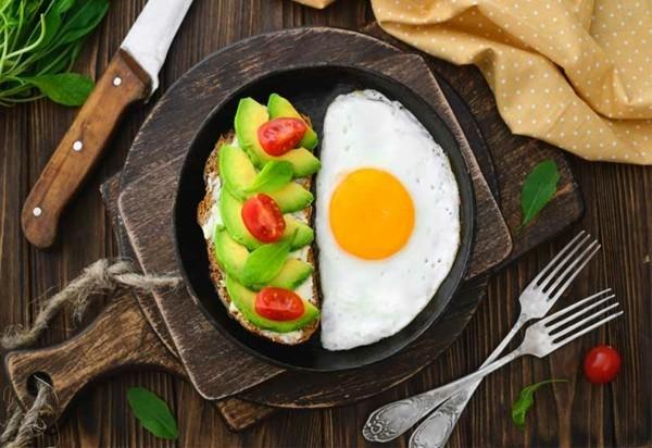 Gesunde Frühstücksideen für Kinder belegtes Brötchen Spiegelei