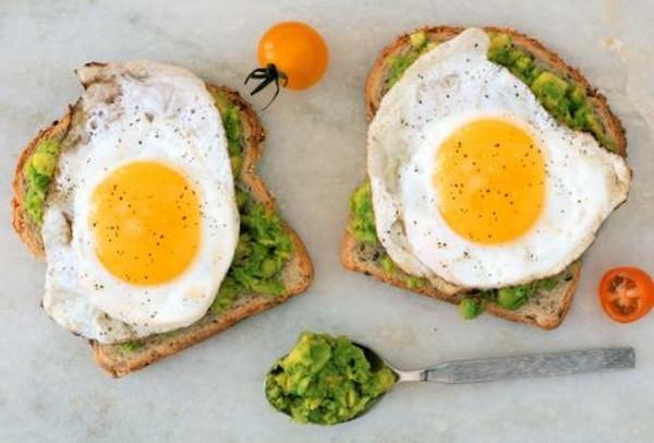 Gesunde Frühstücksideen für Kinder leckeres Toastbrot Avocado Spiegelei