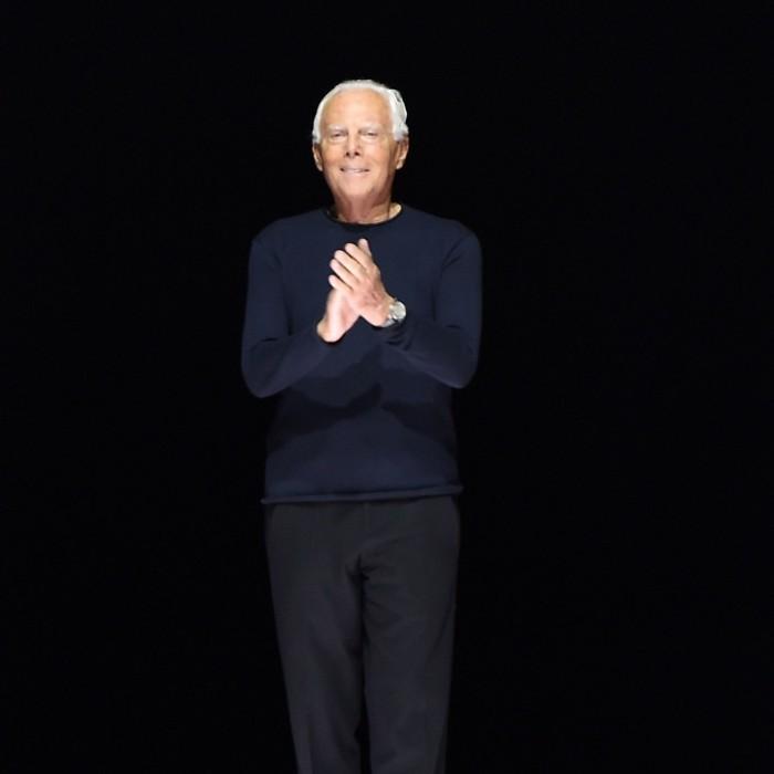 Giorgio Armani Modedesigner 85 Jahre wenig Freizeit trägt gern ein dunkelblaues T-Shirt oder einen dunklen Kashmir-Pullover