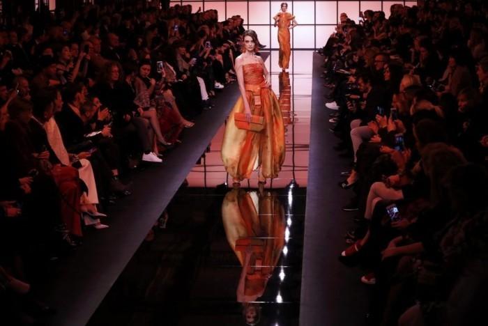 Giorgio Armani Modeikone weltberühmter Modedesigner Frauenkollektion leuchtende Farben