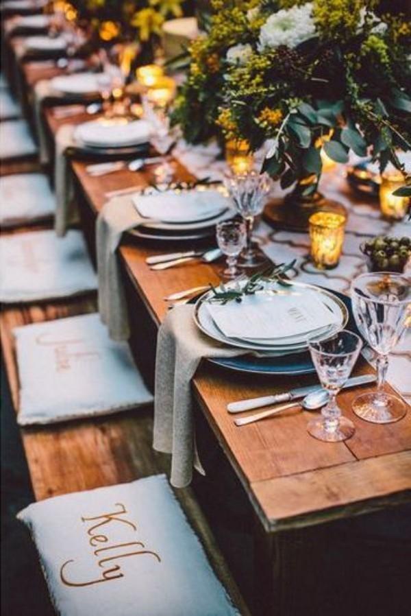 Hochzeitsdeko für einen Tisch im Garten