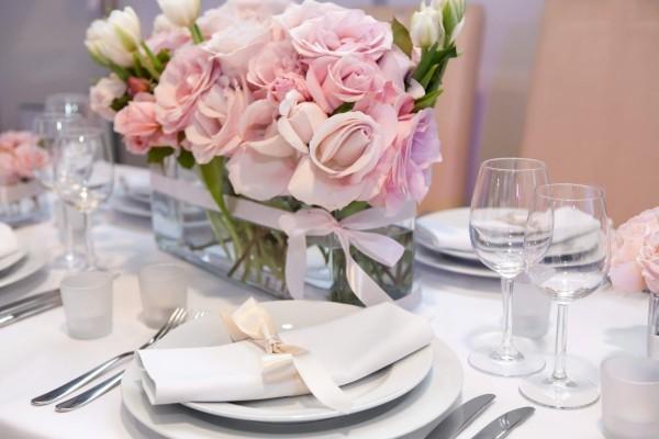 Hochzeitsdeko it tollen Purpur-Blumen in der Mitte