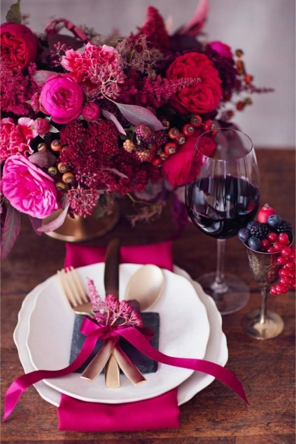 Hochzeitsdeko mit vielen Purpurschattierungen
