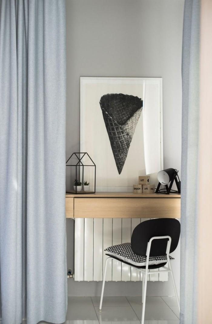 Kleines Apartment einrichten Arbeitsecke sehr schlicht gestaltet hinter Gardinen