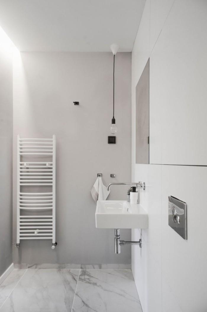 Kleines Apartment einrichten Bad in Weiß mit Boden aus grau-weißen Marmorplatten