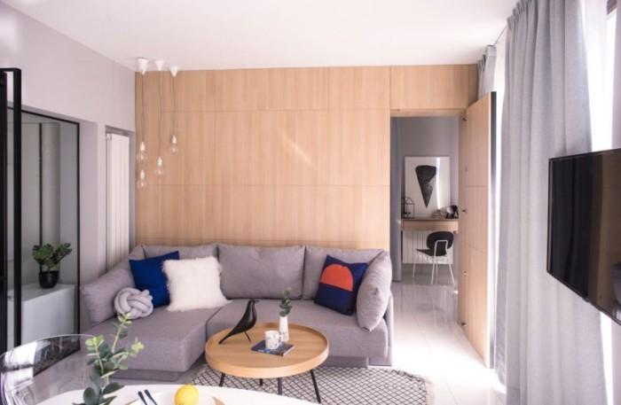 Kleines Apartment einrichten Wohnbereich graues Ecksofa Deko Kissen kleiner runder Kaffeetisch
