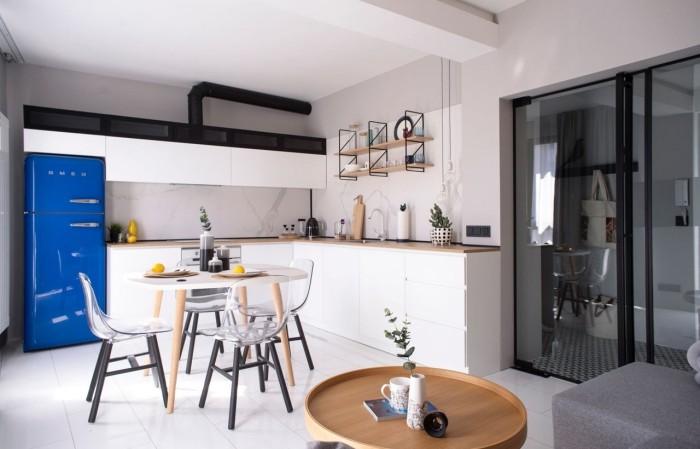 Kleines Apartment einrichten begrenzte Wohnfläche 48 qm minimalistisch gestaltete Küche blauer Kühlschrank Esstisch Plastik Stühle