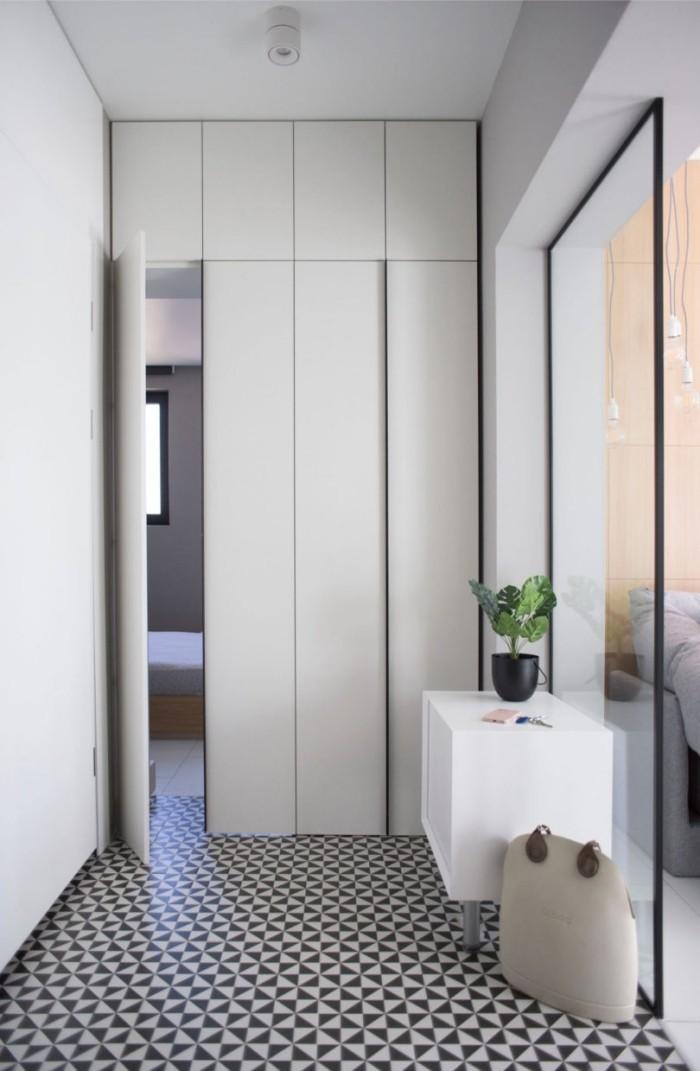 Kleines Apartment einrichten von Flur versteckte Tür führt ins Elternschlafzimmer