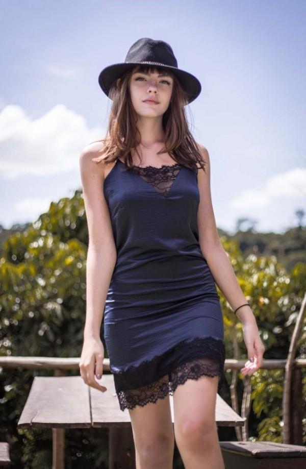 Kurzes schwarzes Sommerkleid mit schwarzer Spitze am Rand unten