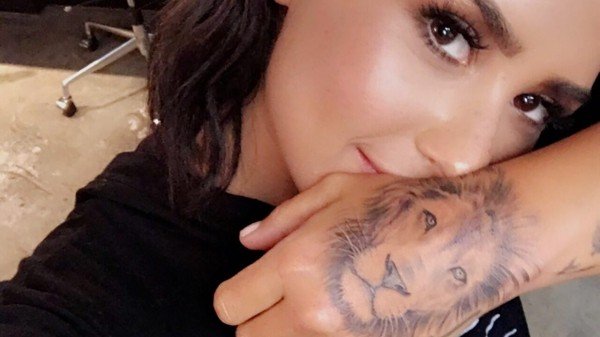 Löwe an der Hand tattoo