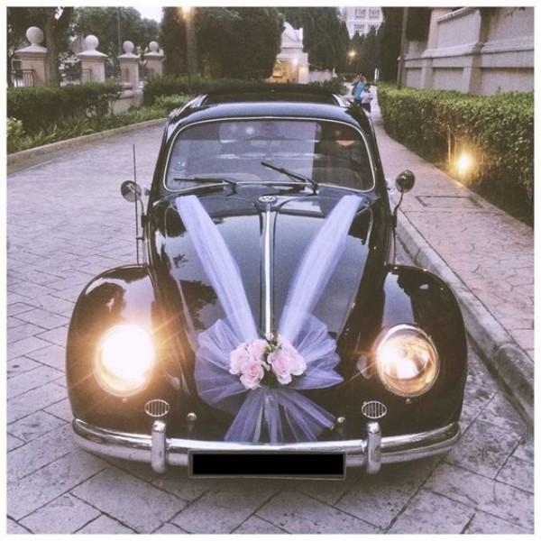 Lila Band an einem schwarzen Auto Autoschmuck Hochzeit