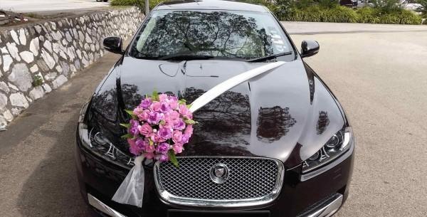 Lila Blumenstrauss Autoschmuck Hochzeit