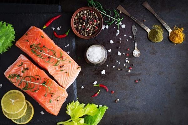 Magnesiumreiche Lebensmittel Lachs mit Kräutern und Zitrone garniert schmeckt ausgezeichnet ist gesund