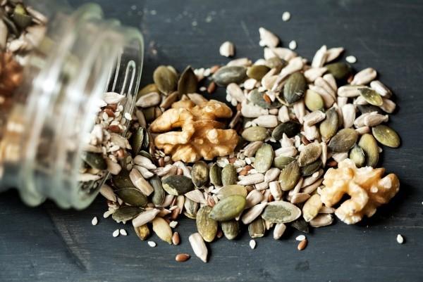Magnesiumreiche Lebensmittel Nüsse Kerne abends knabbern