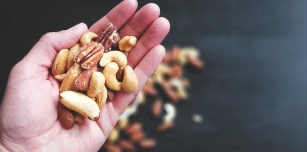 Magnesiumreiche Lebensmittel Nüsse abends knabbern