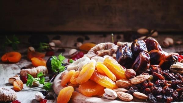 Magnesiumreiche Lebensmittel Trockenobst und Nüsse viel Magnesiumgehalt