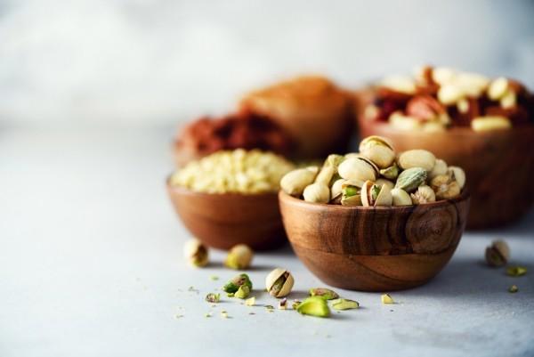Magnesiumreiche Lebensmittel abends Nüsse und Kerne knabbern in kleinen Mengen