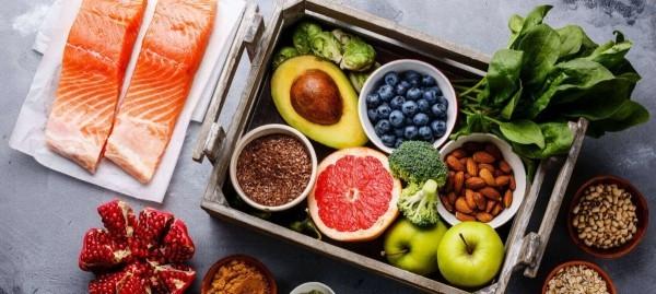 Magnesiumreiche Lebensmittel in Speiseplan einschließen Fisch grünes Gemüse Obst Avocado Nüsse Kerne