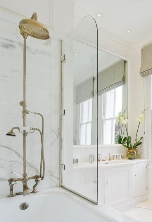 Marmor im Bad Marmorfliesen Badewanne Dusche Glaswand weißes Bad Waschtisch weiße Blumen